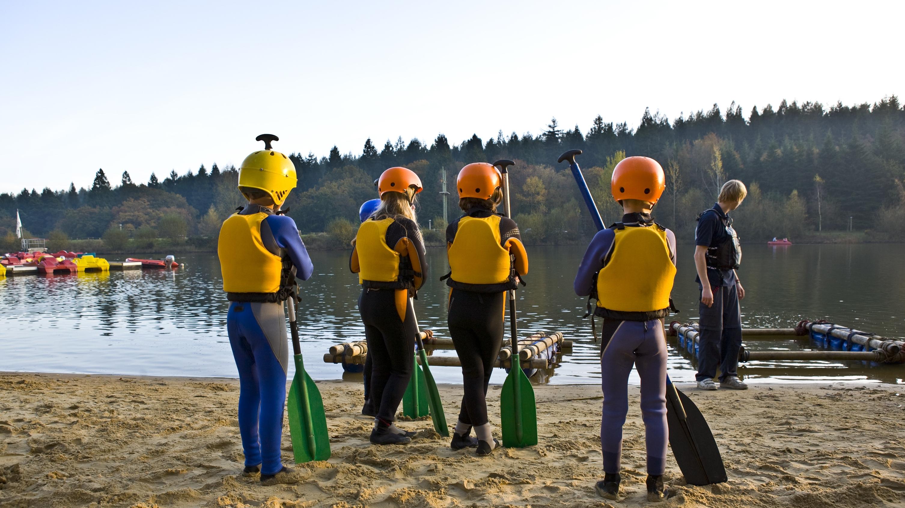 floß bauen im team - krumos kanuvermietung